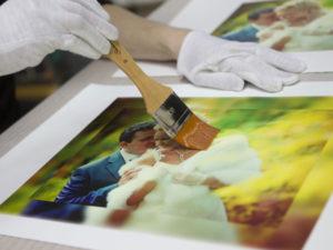 Покрытие холсте защитным лаком - Рафаэль студия